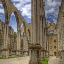 Why does the church of Carmo Convent in Lisbon lack its roof?