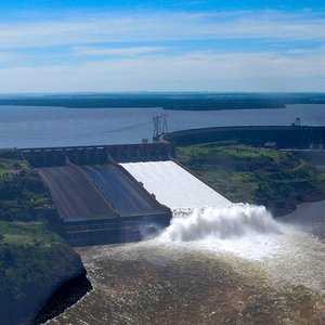 The grand Itaipu dam generates power for two countries. Which ones?