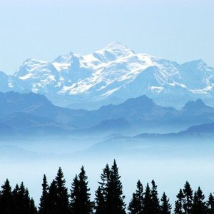 On which border lies Mont Blanc?