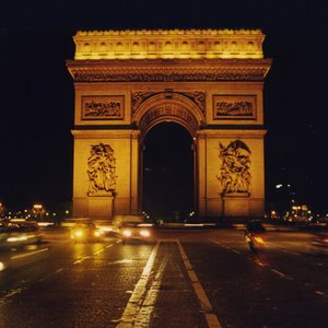 Who ordered the construction of Arc de Triomphe in Paris?