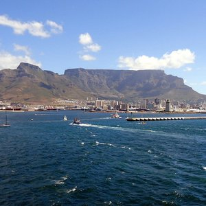 Which large city lies in the shadow of the table mountain?