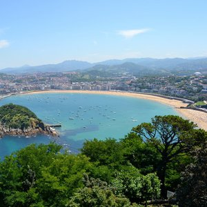 Which city has the famous Bay of La Concha, often considered as the best city beach in Europe?