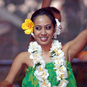 Which flower is traditionally worn by Hawaiian girls?