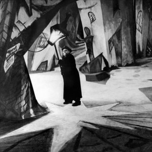 "Which cinema movement does the movie ""The Cabinet of Dr. Caligari"" (1920) represent?"
