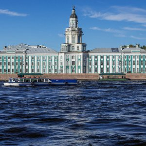 Which river flows through Sankt Petersburg?